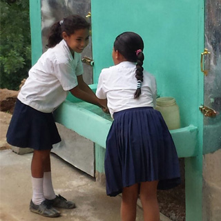 schoolgirls-washing-hands